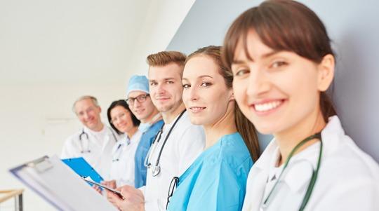 """为什么医生要穿""""白袍""""?手术服却是""""蓝的""""?"""
