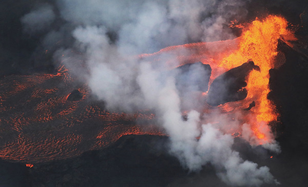 美男子摔落悬崖掉进活火山 结局惊呆众人