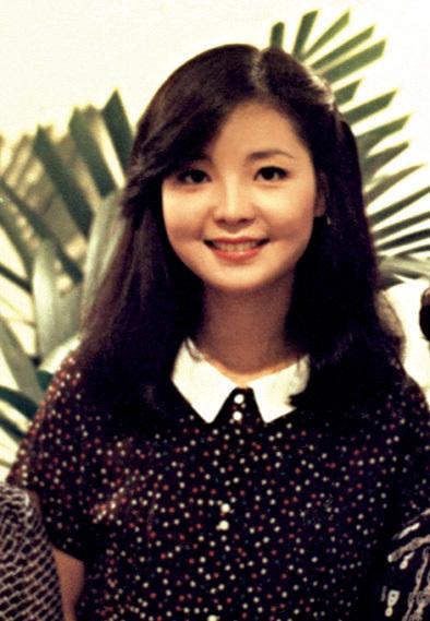 邓丽君生于1953年,年少成名。