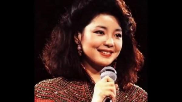 """邓丽君是20世纪后半叶最富盛名的歌坛巨星,被尊为""""亚洲歌唱女王""""。"""