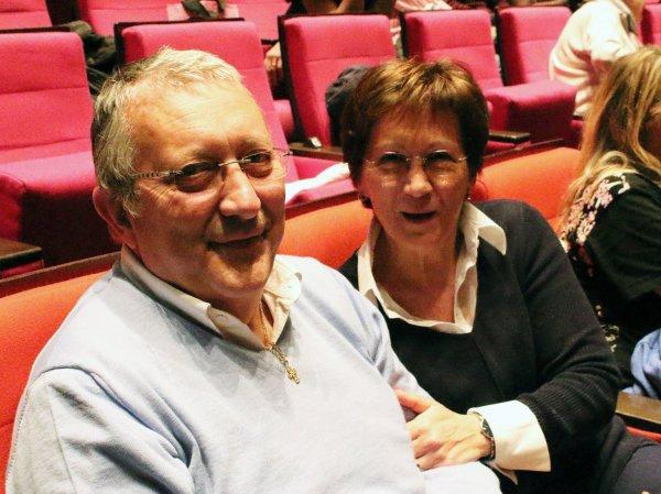 5月8日,Moranne女士与先生在法国巴黎观看神韵。