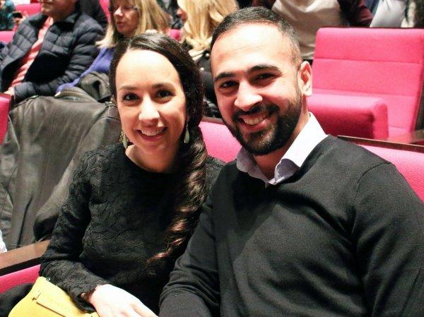 5月8日,巴黎市政府公务员Adam先生与教育家的妻子在法国巴黎观看神韵。