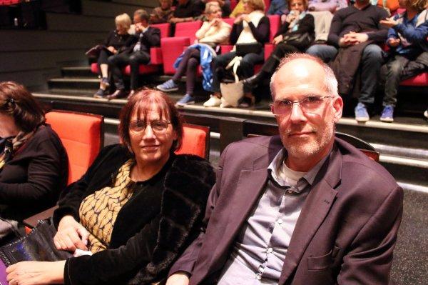 5月8日,科技咨询师Zaro女士与丈夫在法国巴黎观看神韵。