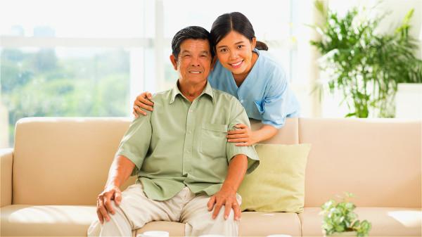 高血压和糖尿病患者要积极控制好血压和血糖。