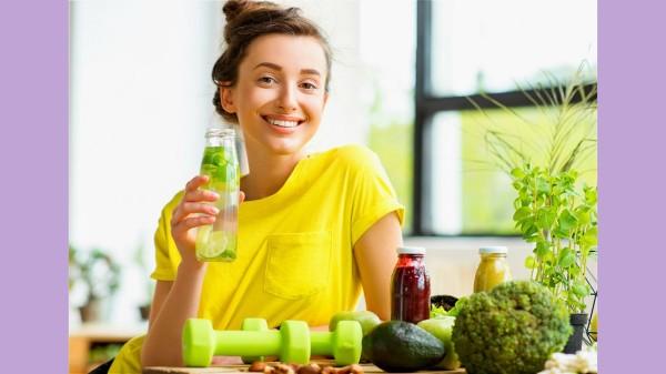 柠檬富能抗菌消炎,增强人体免疫力,平时可以适当的喝一些柠檬水保养身体。