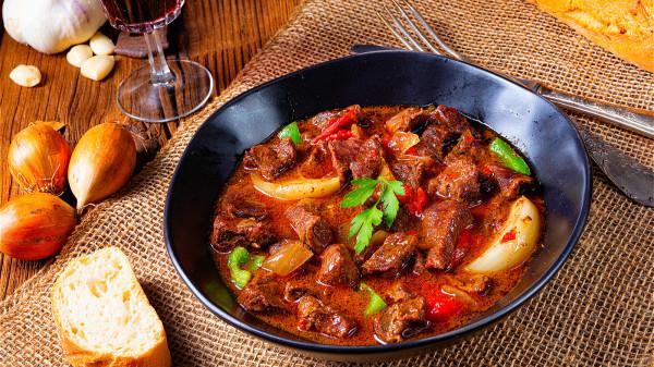 """吃辣时,味蕾会产生疼痛感,分泌出""""内啡肽"""",它能减少疼痛感,且感到轻松和快乐。"""
