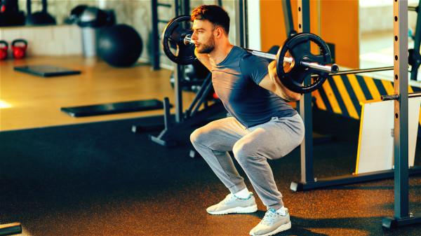深蹲、爬山,和长时间蹲、跪等强迫体位是损伤膝关节的运动。