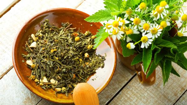 直接冲泡茶叶而不使用塑胶茶包,可避免吞下塑胶微粒和造成环境负担的问题。