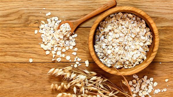 燕麦中的可溶性纤维,可抑制胆固醇的吸收与代谢,降低血中胆固醇水平。