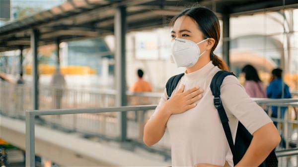 身处空气污染愈来愈严重的环境,我们应该学会自我保护。