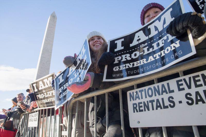 """2017年1月27日,""""尊重生命""""支持者和反堕胎活动家聚集在华盛顿纪念碑处听美国副总统迈克・彭斯在华盛顿特区举行的""""为生命而行""""集会上的演讲。"""