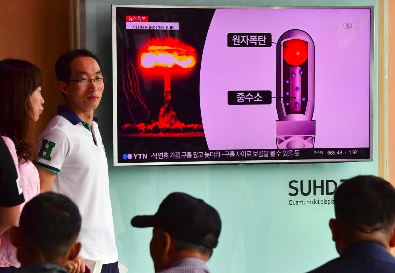 2016年9月9日,首爾的一個火車站,人民在看關於朝鮮最新核試驗的電視新聞報導。