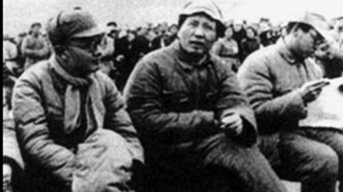 战争年代,张闻天(左)和毛泽东(中)在一起。