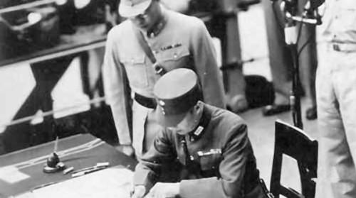 1945年9月2日,徐永昌在「密蘇里」號上代表中國在日本投降書上簽字。