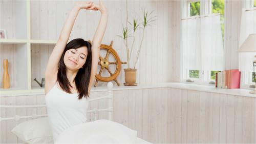起床后不宜马上进行剧烈运动,轻度的运动需在早饭以后半小时才进行。