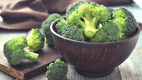 西兰花富含可溶性纤维,有助于降低胆固醇,控制血脂。