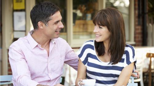 两人在一起,互相聊天,让生活更美好。