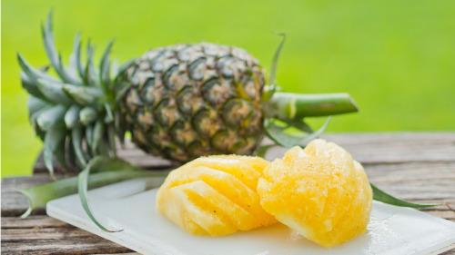 菠萝含有很多维生素C和微量元素锰。