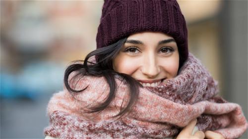 """在寒冷季节里,手脚冰凉,可通过按摩穴位来""""暖身""""。"""
