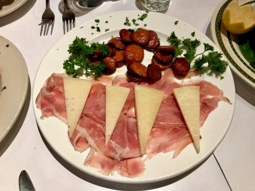 餐馆拼盘(Serrano火腿、manchego奶酪、烤香肠)