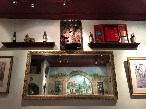 Café Espanol餐馆墙上的装饰物