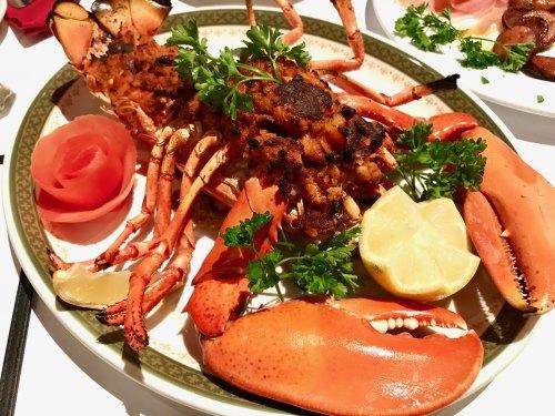用海鲜馅烤制的烤龙虾