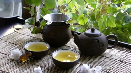 低�{的人,一�子像喝茶,水是沸的,心是�o的。