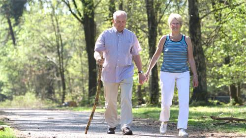 有些老人家,才走一下就感觉走不动了,腿酸痛,可能是血管动脉堵塞的症状。