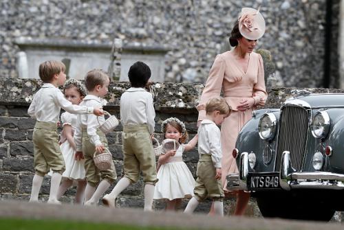 凱特王妃(右1)、小王子喬治(右2)、小公主夏洛特(右3)及其他花童。