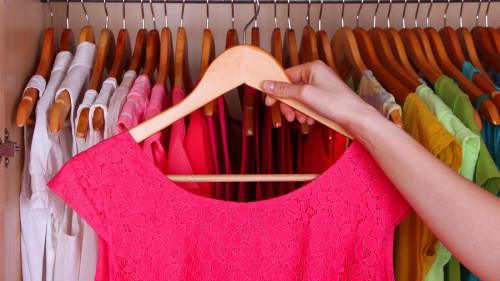 穿上亮色调的衣服,可以转换好心情。