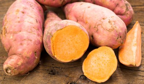 地瓜的钾含量非常高,一颗就有694毫克,约占每日建议摄取量的15%。