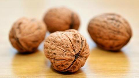 预防黄曲霉毒素如坚果、大米等出现变黄、发黑、味苦、皱皮,一定要扔掉。