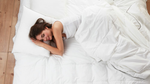 经常我们睡觉的时候会突然感觉脚踩空一样,然后全身就抖一下