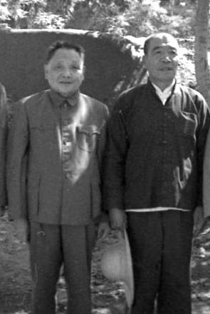 1975年9月,全国第一次农业学大寨会议在大寨召开时,邓小平(左)与陈永贵(右)合影。