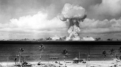 於1946年,美國在<a href=http://www.secretchina.com/news/gb/tag/太平洋 alt= '太平洋' target='_blank'>太平洋</a>上的比基尼環礁核彈在半空<a href=http://www.secretchina.com/news/gb/tag/爆炸 alt= '爆炸' target='_blank'>爆炸</a>後,引發巨大蘑菇雲。