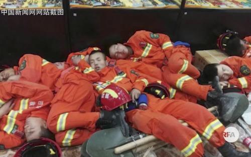 四川滑坡救灾摆拍照片