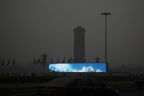 雾霾中的天安门广场。