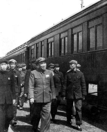 1950年冬季,朱德�察北京�L辛店�F路工�S。