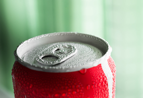 一瓶可乐的含糖量就相当于一个人每天建议摄取量的全部。