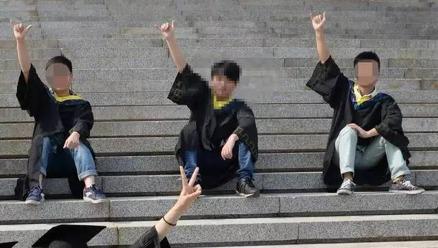 山東大學畢業生李文星(中)