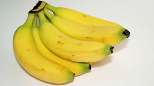 香蕉煮水,煮好的水�e放一�c肉桂,就可以喝了,可解�Q失眠���}。