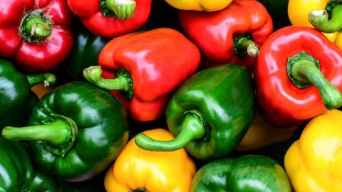 青椒与其他蔬菜不同,它只有与油结合,才能让维生素C,以及胡萝卜素更容易被人体内吸收。