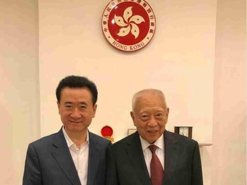 王健林(左)�c董建�A合影 。