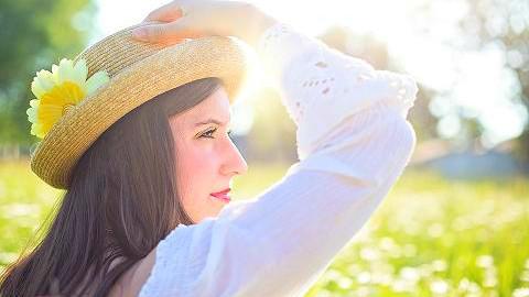 晒太阳能补充身体所需的维生素D,延缓衰老。