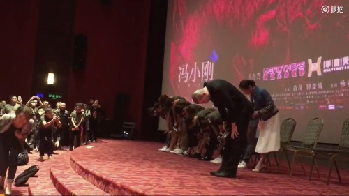 因《芳华》取消上映计划,冯小刚带领剧组数次鞠躬致歉。