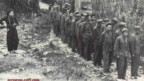 1979年,<a href=http://www.secretchina.com/news/b5/tag/中共 alt= '中共' target='_blank'>中共</a>解放軍對越作戰19天作戰損失6萬人,圖為被越軍俘虜的解放軍。