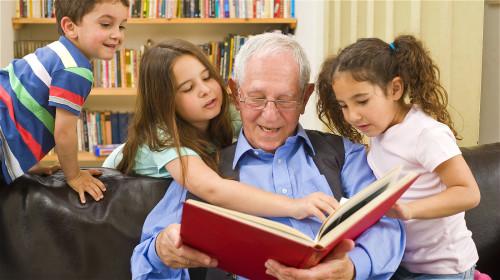 老花眼是人体的自然老化现象,要多管齐下治疗。