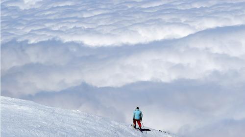 对于在沙漠地带生活的人来说,见到雪,走在雪地上就好比登上火星一样的奇妙。(16:9)