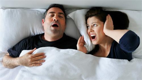 许多人不知道打呼噜是健康的大敌,与慢性疾病有关。