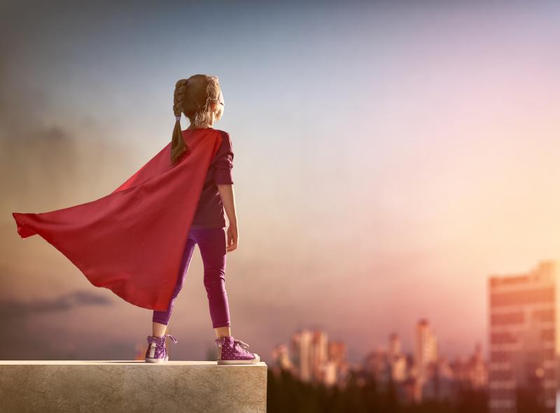 """她轻轻地说:""""妈妈,我不想成为英雄,我想成为坐在路边鼓掌的人。"""""""